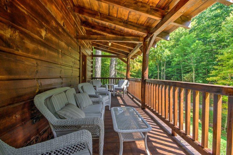 Encouragez les alpinistes de cette cabine de location de 3 chambres et de 3,5 salles de bains!