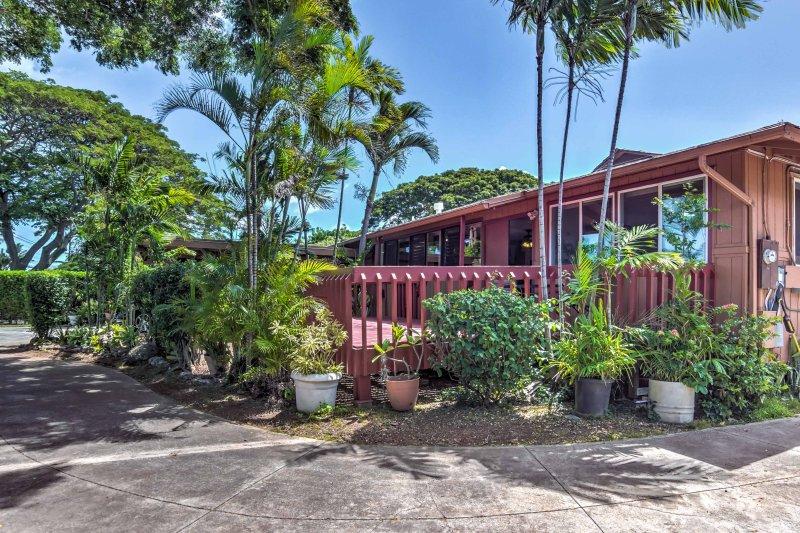 A luxuosa casa está rodeada por vegetação exuberante.