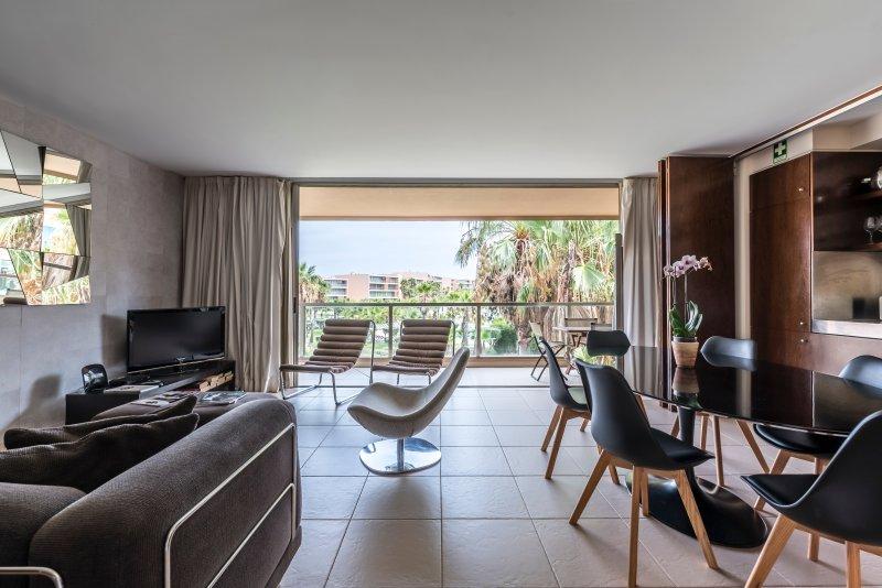 La sala de estar, la apertura en el balcón, con vistas a las piscinas.