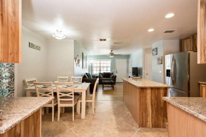 Plan de piso abierto incluye cocina, sala y comedor.