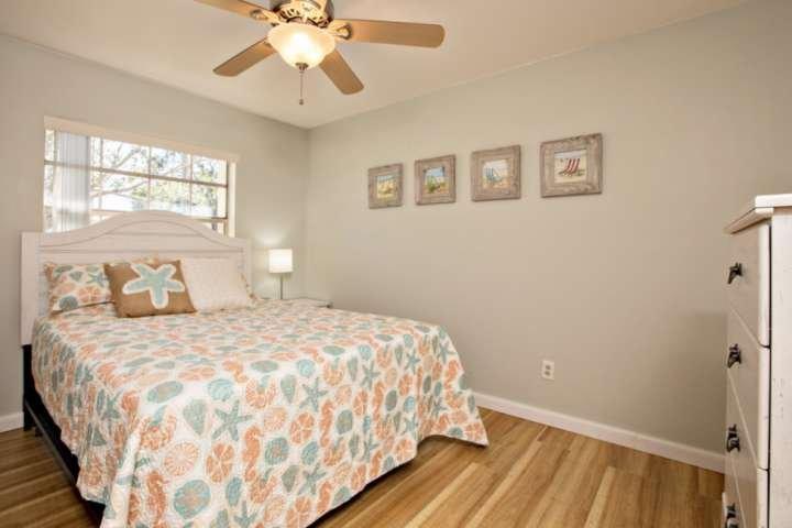 El segundo dormitorio cuenta con cama de matrimonio con una decoración costera.