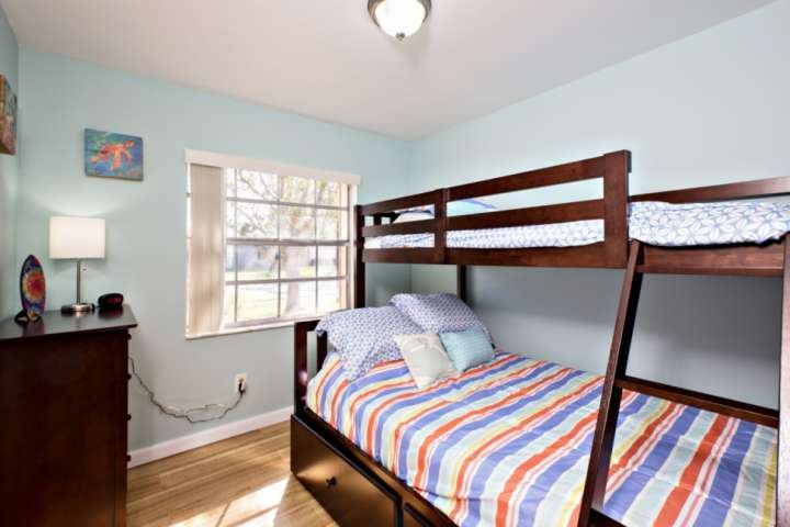3er dormitorio con litera. cama de matrimonio en el fondo con una cama doble en la parte superior.