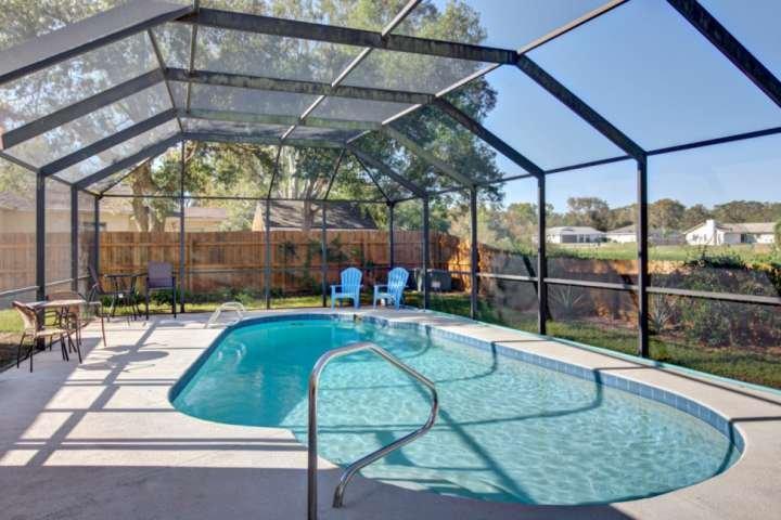 Disfrutar de la diversión en la piscina con suficiente capacidad para 10 en su zona de la piscina.