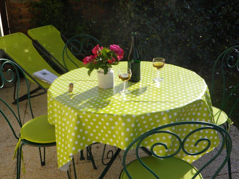 Logement 2 pièces avec jardin dans le bourg de Locmariaquer, vacation rental in Locmariaquer