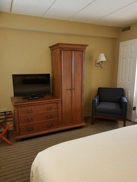 Kast, borst, en een stoel in de slaapkamer