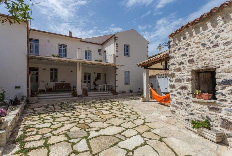Casa accogliente 'da Zia Dina IUN P3361' tradizionale centrale con giardino, vacation rental in Serri