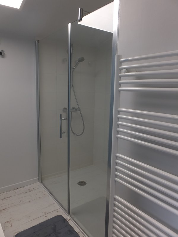 El agua del cuarto de arriba, cabina de ducha y lavabo