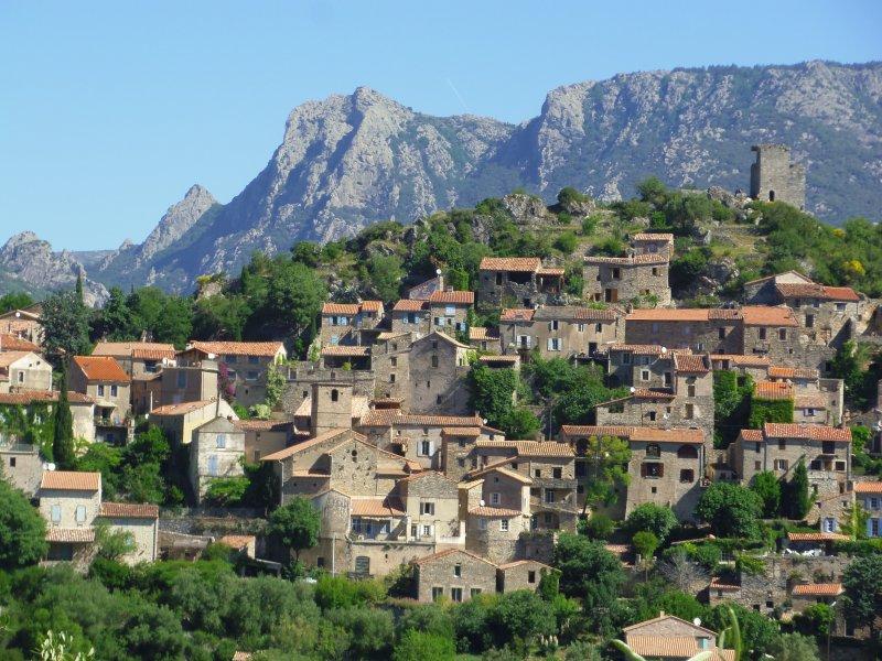 Village de Vieussan devant le Mont Caroux (depuis la route allant vers le village de Berlou)
