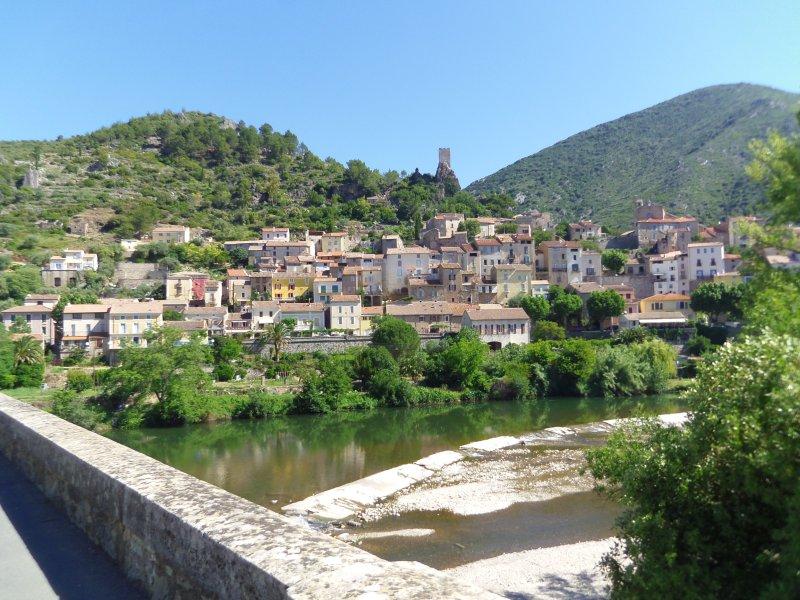 Village de Roquebrun (à 17 km de Colombières) : baignade dans l'Orb