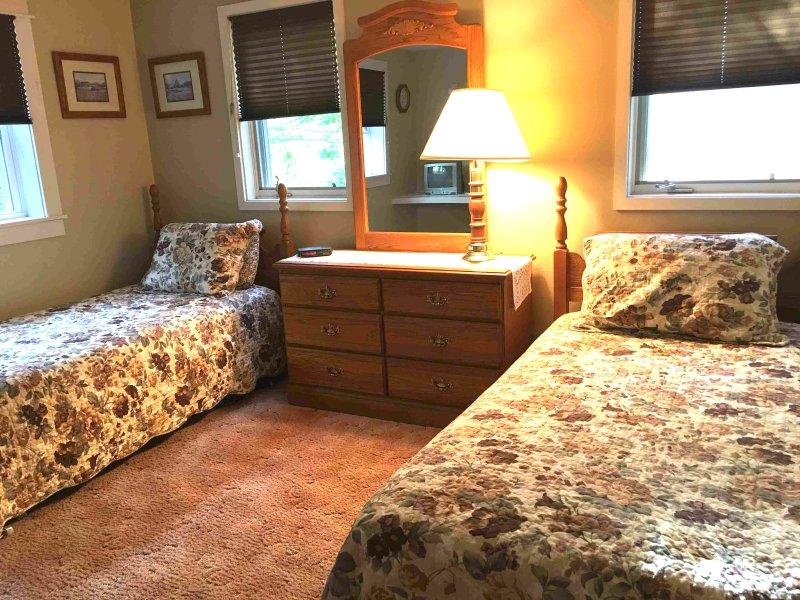 Boa quarto twin size com 3 grandes janelas e luz do sol!