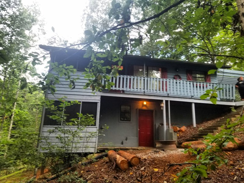 4 bedroom 2 bathroom cabin minutes from Pigeon Forge and Gatlinburg, TN!