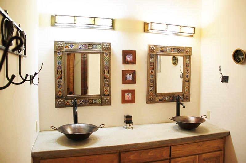 A 2ª casa de banho privada com lavatórios duplos e chuveiro grande.