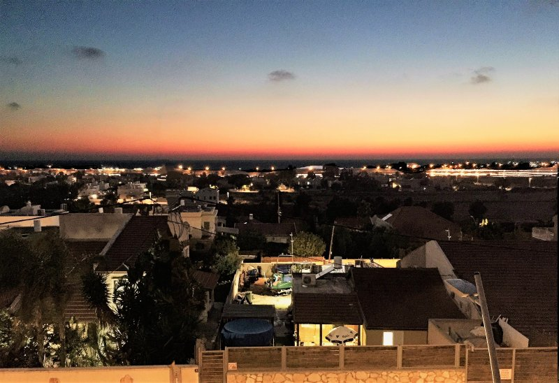 Vue sur le coucher du soleil sur la mer depuis la fenêtre de salon