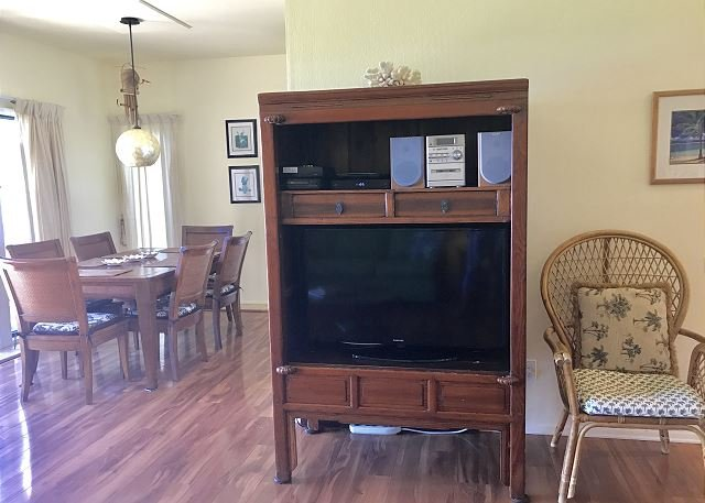 Living Area with Flat Screen Cable TV, DVD, Free Wifi