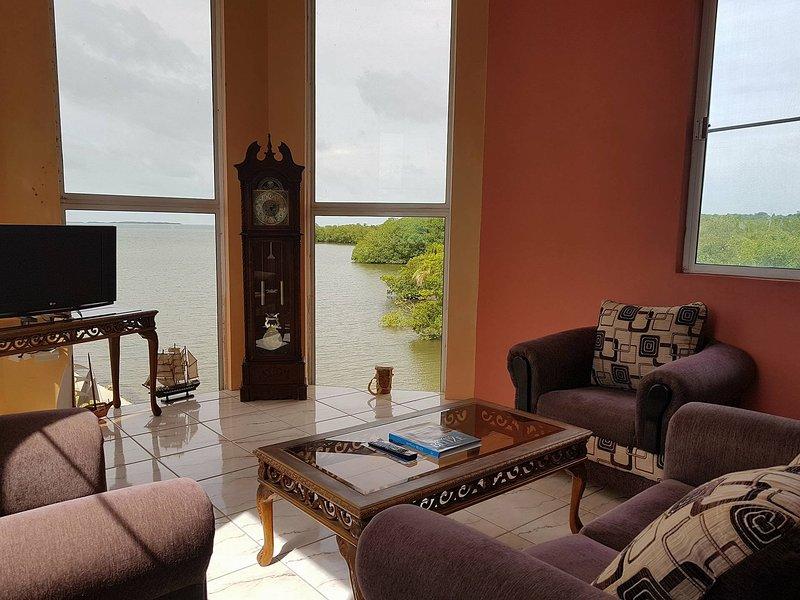 Vue panoramique sur la mer des Caraïbes à couper le souffle tout en vous relaxant dans votre propre élégante salle de séjour