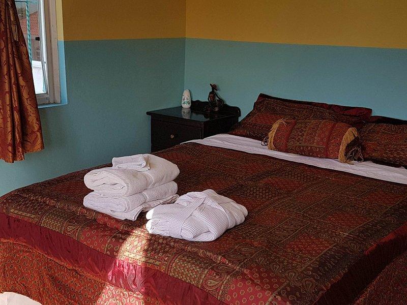 Détendez-vous sur votre confortable lit queen size avec des draps frais, serviettes, etc.