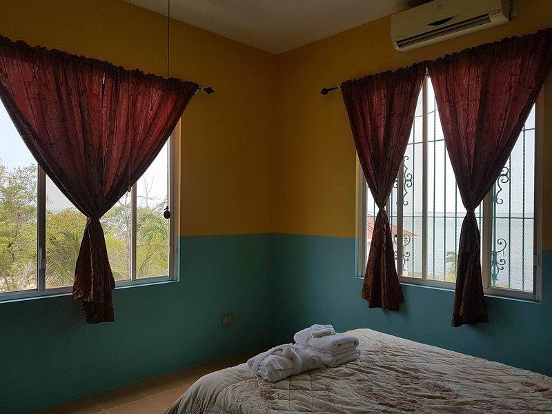 climatiseur unité Split avec de grandes fenêtres doubles pour la détente confortable et brise la mer