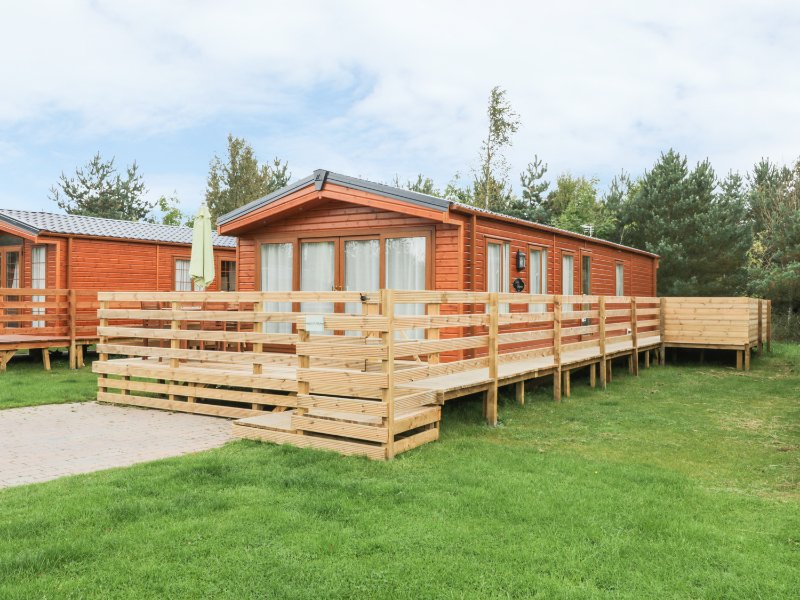 HAZEL OAKS, open plan living area, hot tub on decking, pub on-site, Ref 967955, holiday rental in Stanton