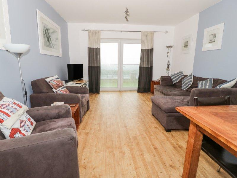 6 WEST END POINT, sea views, beach on doorstep, en-suite bedroom, Ref 967533, holiday rental in Pwllheli