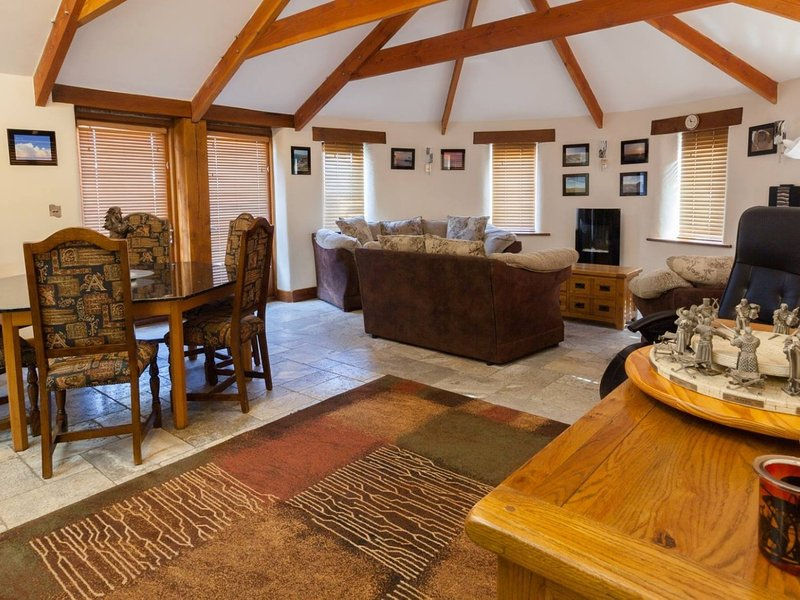 HIDEAWAY, contemporary, stylish cottage, short walk from Bossiney Cove. In, vacation rental in Tintagel