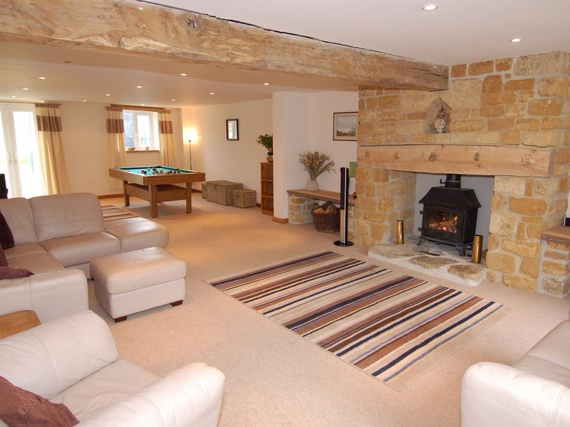 WEST PERRY HAY, converted barn, Dorset AONB, near Jurassic Coast, Ref 967245, holiday rental in Morcombelake