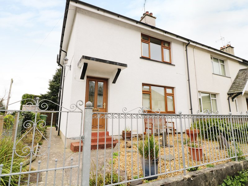 1 HEN BONT ROAD, wood burner, pet friendly, close to the beach, in Criccieth, holiday rental in Criccieth