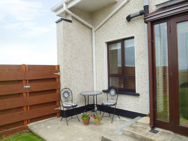 COAST VIEW, three bedrooms, pet friendly, garden with patio, in Kilmore Quay, location de vacances à County Wexford