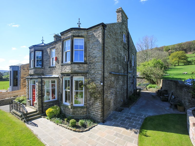 BROOKLYN HOUSE, wood burner, hot tub, six bedrooms, sun room, in Skipton, Ref, holiday rental in Lothersdale