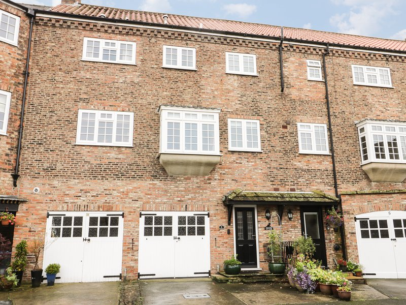 KUSTARD KOTTAGE, over three floors, cosy retreat, pet friendly, in Easingwold, vacation rental in Tollerton