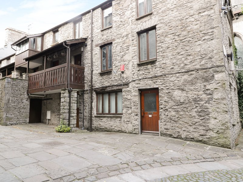 11 CAMDEN BUILDING, open fire, double bedrooms, shared yard and balcony, in, holiday rental in Kendal