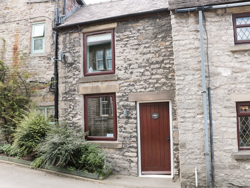 MILL BRIDGE COTTAGE, open fire, exposed beams, lovely enclosed garden in, vacation rental in Rochdale