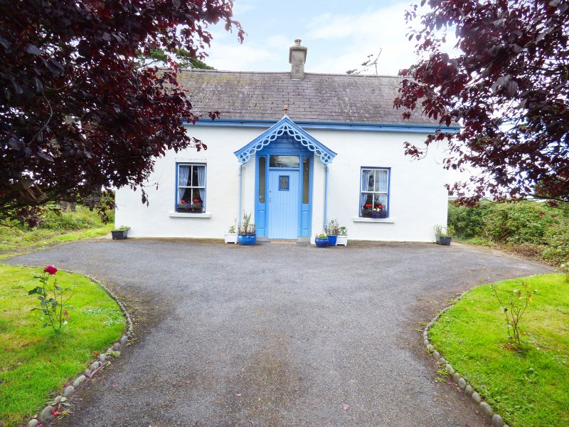 BUTTERCUP COTTAGE, open fire, spacious accommodation, enclosed garden, near, holiday rental in Gorteen