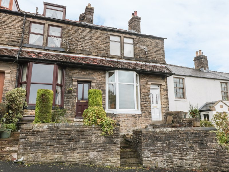 WINDSOR TERRACE, three-storey mid-terrace house, open fire, AGA, central, vacation rental in Dove Holes