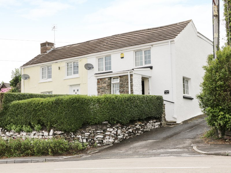 BRITANNIA COTTAGE, spacious layout, pub close by, ideal for a couple, in, location de vacances à Kidwelly
