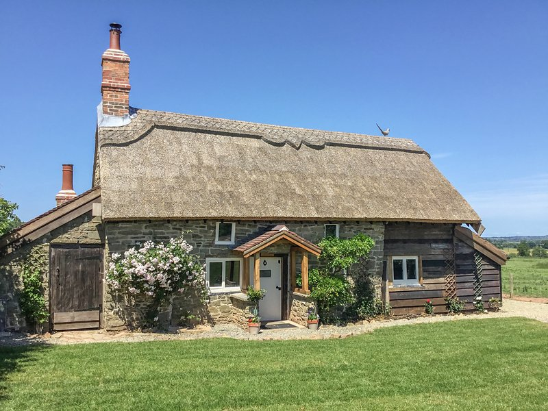 THE OLD COTTAGE, WIFI, thatched roof Ref 963510, holiday rental in Diddlebury