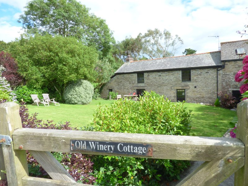OLD WINERY COTTAGE, beautiful and character, WiFi, enclosed garden, near Fowey, vacation rental in Golant