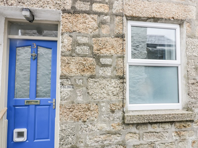 3 FLORENCE PLACE, traditional terrace cottage, near to the coast, centre of, holiday rental in Newbridge