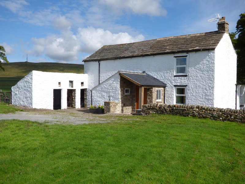 SKELGILL RIG, panoramic countryside views, 17th century building, exposed stone, vacation rental in Garrigill