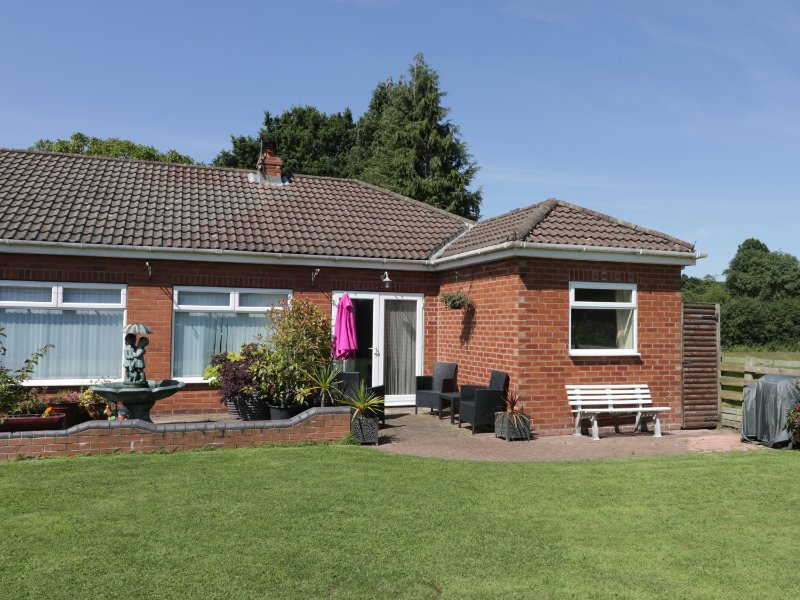 THE BUNGALOW, WIFI, cosy rooms, large garden, near Dunnington, Ref. 962691, holiday rental in Stamford Bridge
