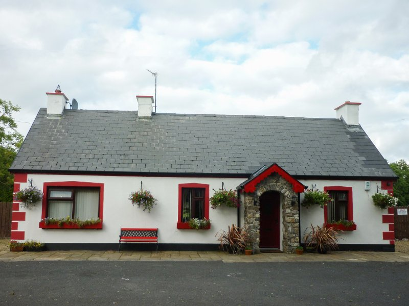 COOKIES COTTAGE, ground floor bedrooms, open plan, near Ballyshannon, Ref 962221, vacation rental in Laghy