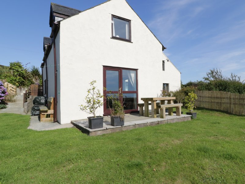 PLAS Y WARD COTTAGE, pet friendly, family bedroom, garden with patio, in, aluguéis de temporada em Abersoch