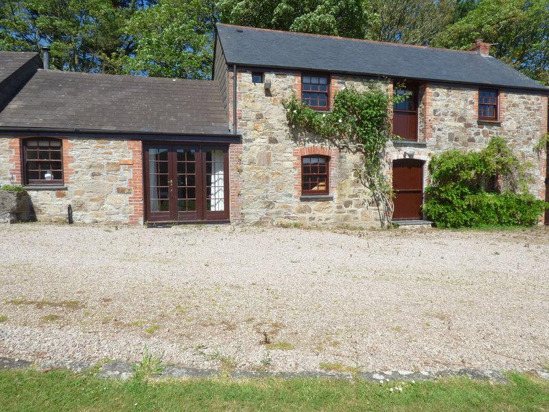 BARN COTTAGE, spacious, swimming pool, near Marazion, Ref 961431, vacation rental in Angarrack