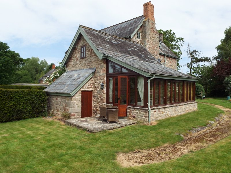 THE GRANARY, character, countryside views, near Ross-on-Wye, ref 961331, vacation rental in Carey