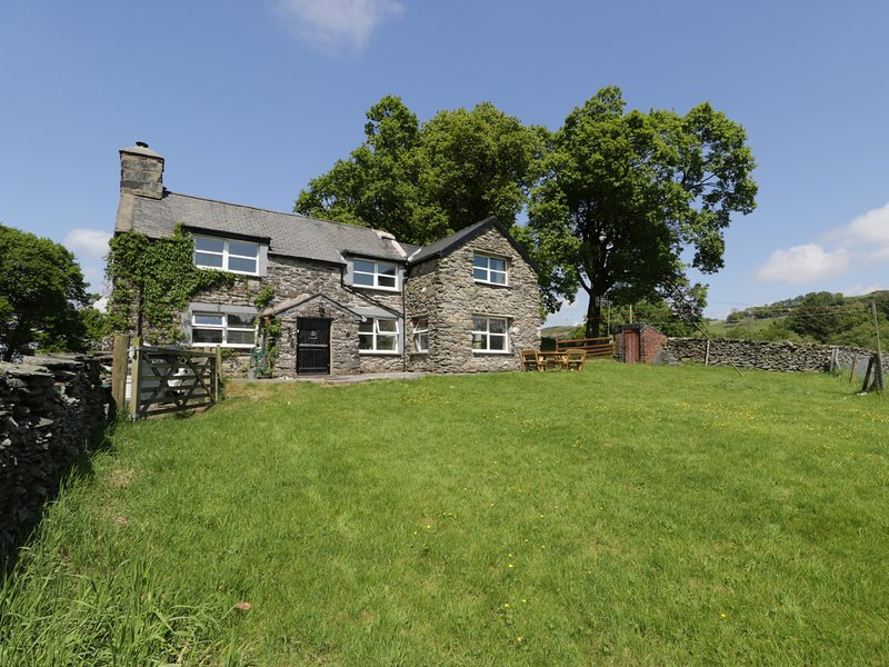 MAES MADOG, stunning, rural, large, countryside views, near Betws-y-Coed, holiday rental in Pentre Foelas