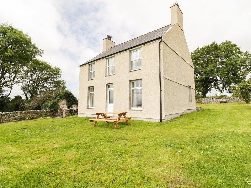 TY MAWR, WIFI, views of Snowdonia, oak furnishings, near Gaerwen, Ref 960760, casa vacanza a Bodffordd