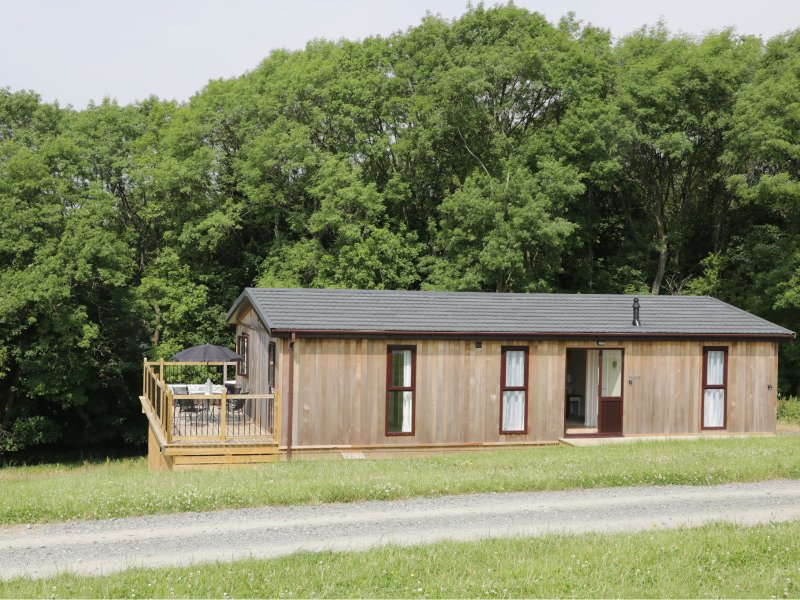 HOLLY LODGE, open plan accommodation, balcony with furniture, hot tub, vacation rental in Cleobury Mortimer
