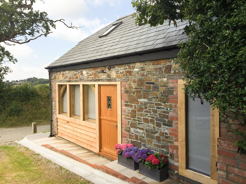 DOWNICARY CHAPEL STABLE, pet-friendly, woodburner, Launceston Ref 960308, holiday rental in Langdon
