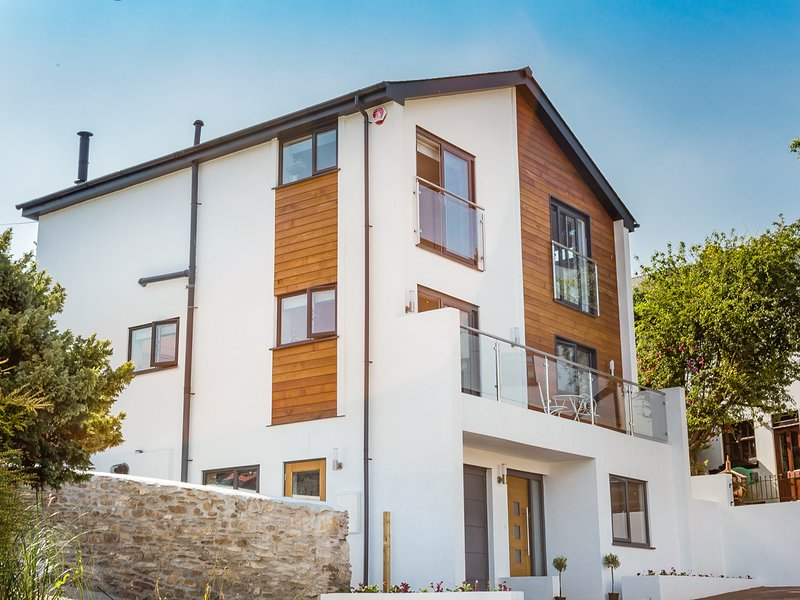 LAKE VIEW, spacious three storey contemporary retreat with lovely Tamar Estuary, holiday rental in Torpoint