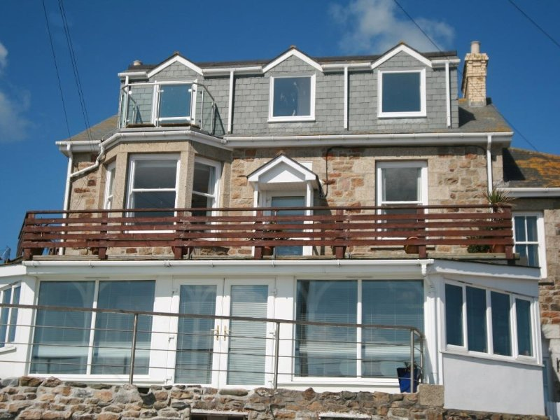 HIGHER MOUNT VIEW second floor apartment, incredible sea view, short walk to, vacation rental in Marazion