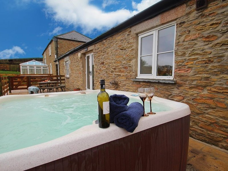 BOWJI, lovely barn conversion in courtyard setting, hot tub, WiFi, communal, location de vacances à Trispen